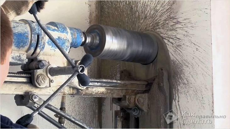 Использование перфоратора для бетонной стены