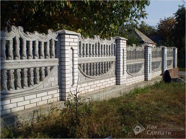 Кирпичный забор с бетонными секциями