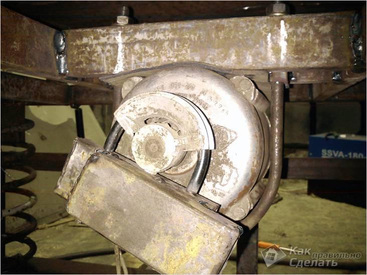 Motor ligado a uma mesa vibratória