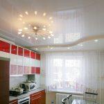 glyantsevyj-natyazhnoj-potolok-v-kuhne.800x800w