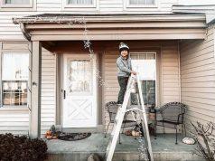 как закрепить гирлянду на фасаде дома