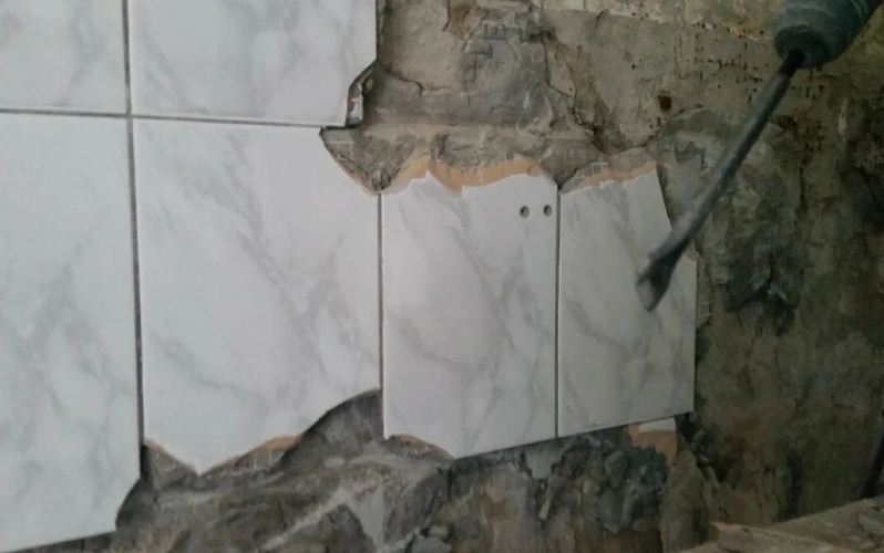Как демонтировать кафельную плитку со стен?